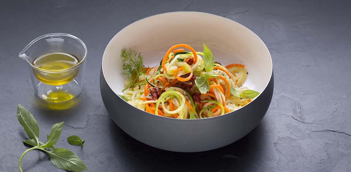 basische Ernährung: bunte Gemüsespaghetti