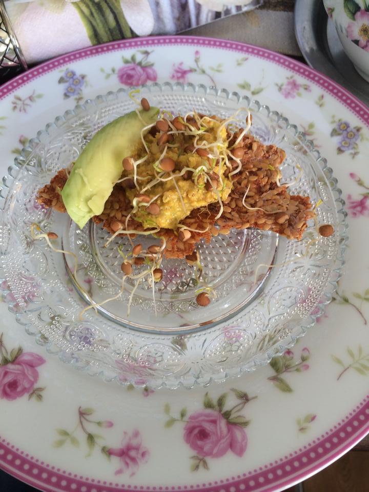 basisches Brot mit Avocado-Aufstrich