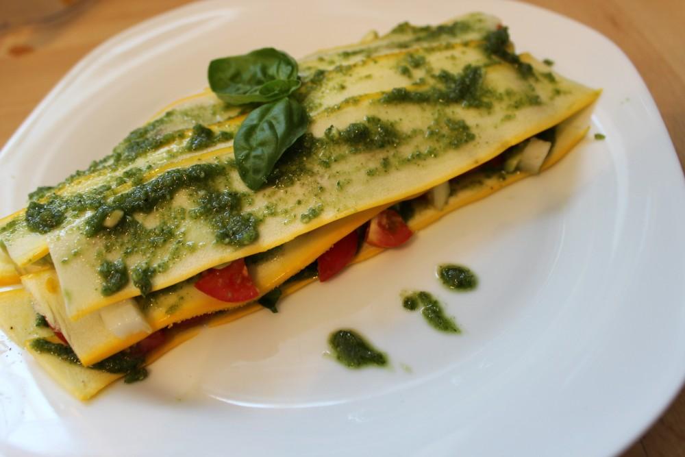Zucchinilasagne mit Avocado-Tomaten-Füllung und Basilikum-Mandelpesto