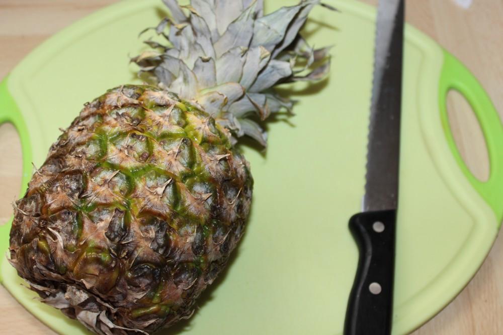 Ananas richtig schneiden Schritt 1