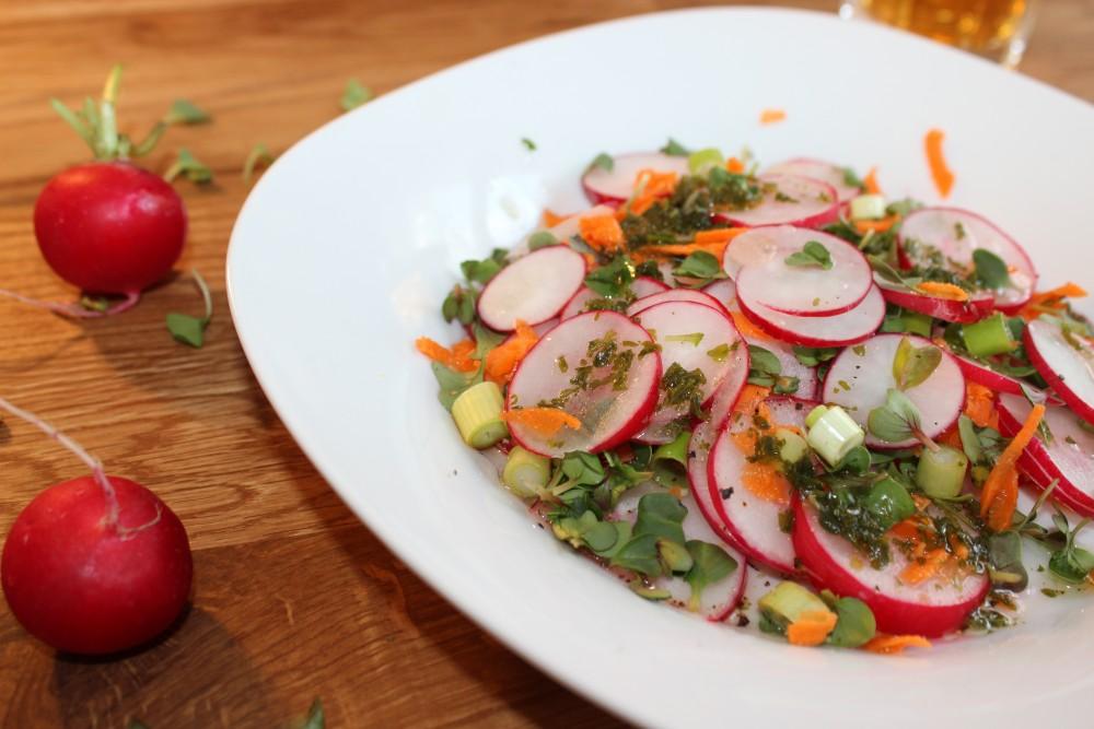 Radieschensalat mit Kresse und Karottenraspeln
