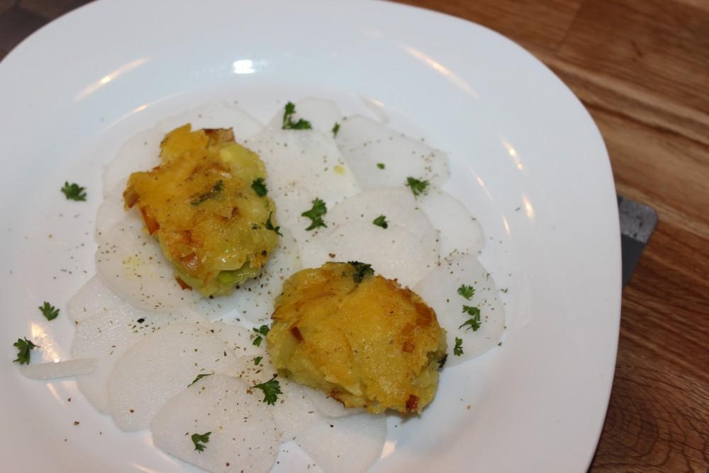 Kartoffel-Lauch-Pflanzerl an Rettich-Spiegel