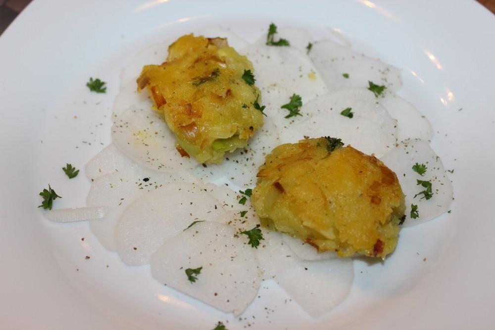 Kartoffel-Lauch-Pflanzerl an Rettichspiegel