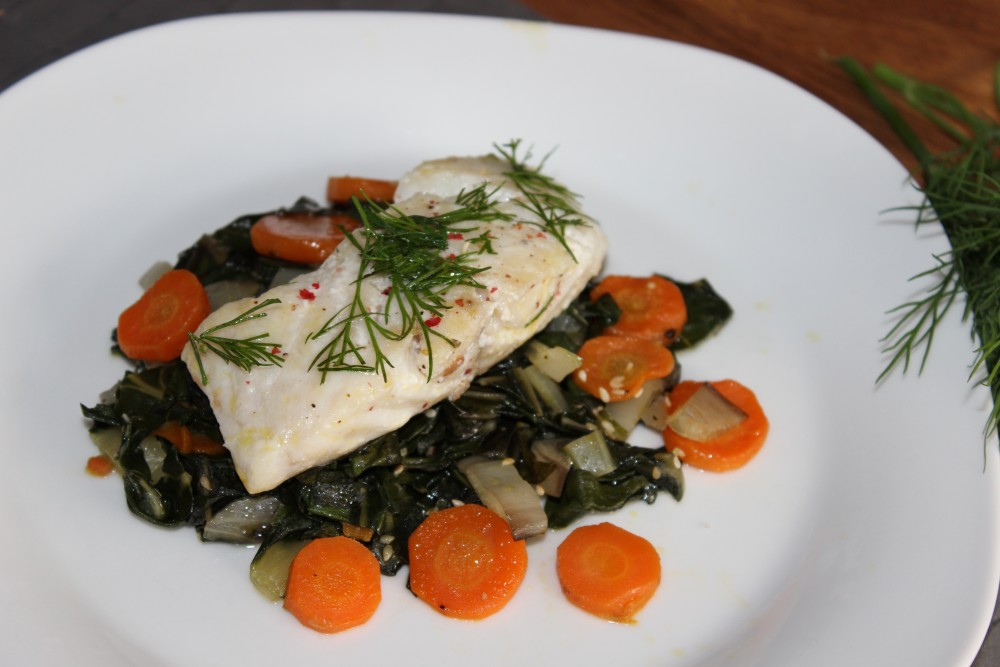 Omega-3 bei Rheuma: Seelachsfilets auf Karotten-Mangold-Gemüse