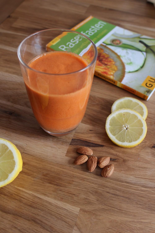Karotten-Zitronen-Saft mit Mandeln