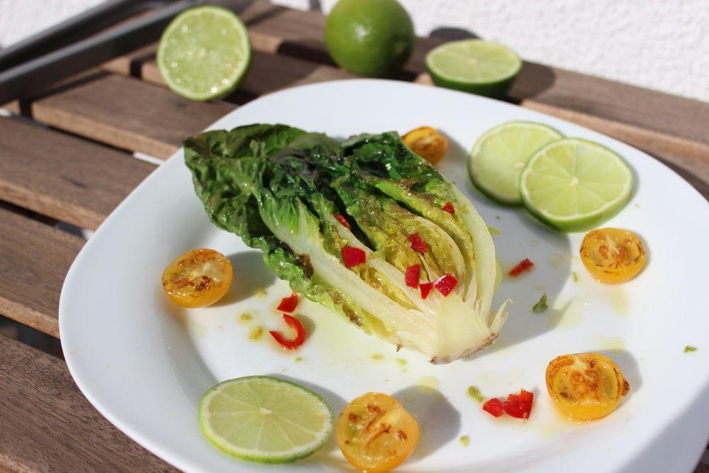 Gegrillter Romanasalat mit Tomaten und Chili-Limetten-Dressing