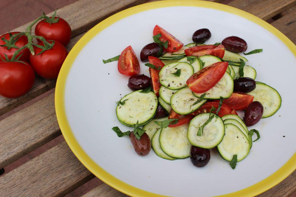 Zucchini-Tomaten-Oliven-Salat