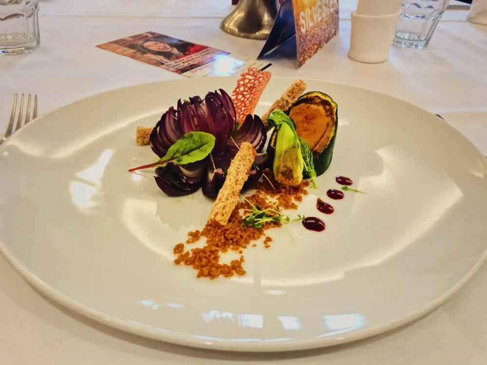 Zwiebel Rose mit Süßkartoffelcreme gefüllte Zucchini, Avocado-Tartar & Pak Choi