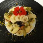 Apfel und Beeren auf Bananencarpaccio