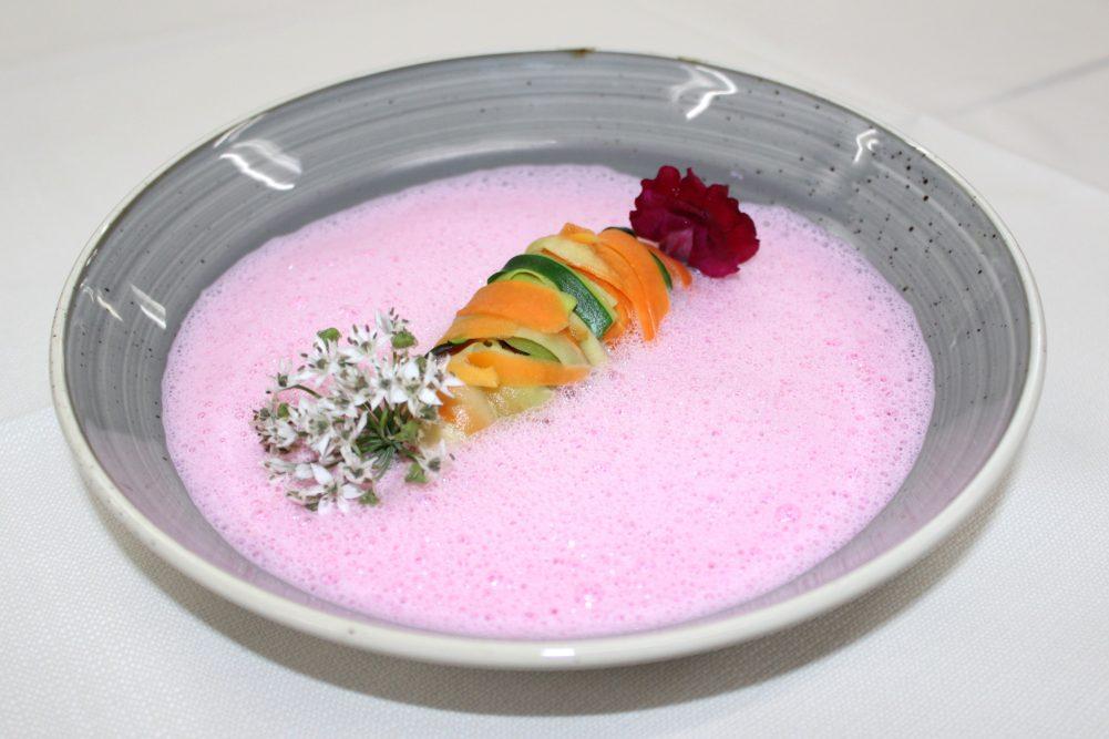 Zucchini- und Karottentagliatelle in geschäumter Kokosmilch