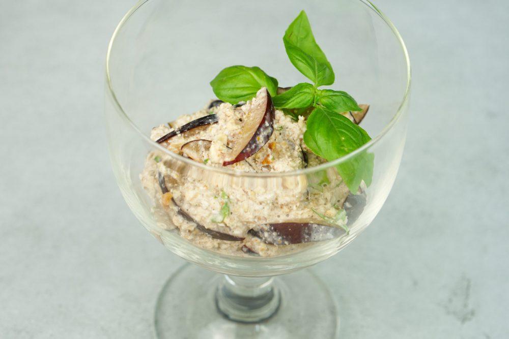 Gekeimtes Pflaumen-Apfel-Porridge mit Basilikum & Zwetschgen