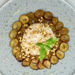 Gekeimtes Porridge auf einem Carpaccio von Pflaumen und Zedernüssen