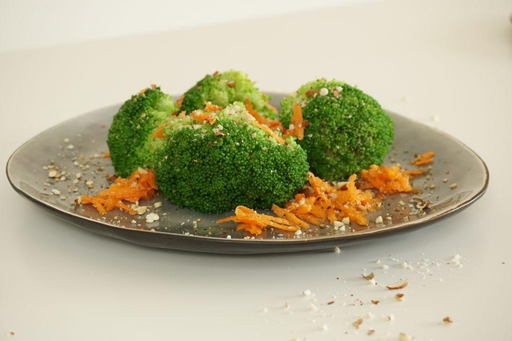 Brokkoli-Salat mit Karotten und gehackten Mandeln