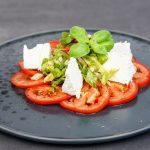 Basenreicher Sommersalat auf Tomaten-Carpaccio mit Ziegenfrischkäse