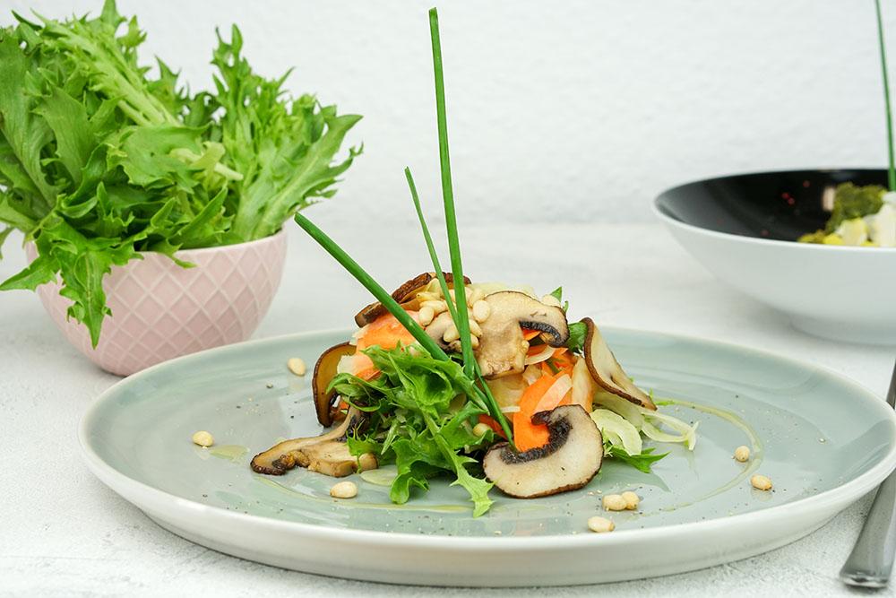 Frisèesalat mit Fenchel, Karotte & gebratenen Pilzen