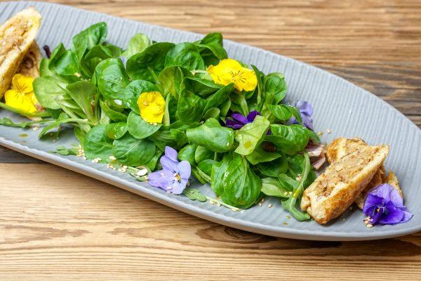 Frühlingssalat an Kichererbsenröllchen