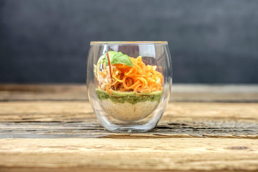 Porridge mit Minz-Basilikumpesto, Karotte, Apfel & Ingwer