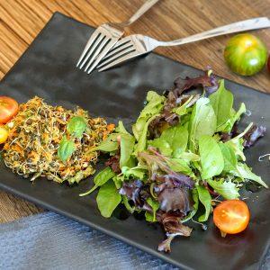 Salat von Belugalinsenkeimlingen