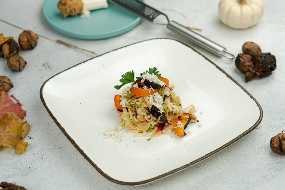 Spitzkohl mit gebackener Roter Bete, Kaki & Meerrettich