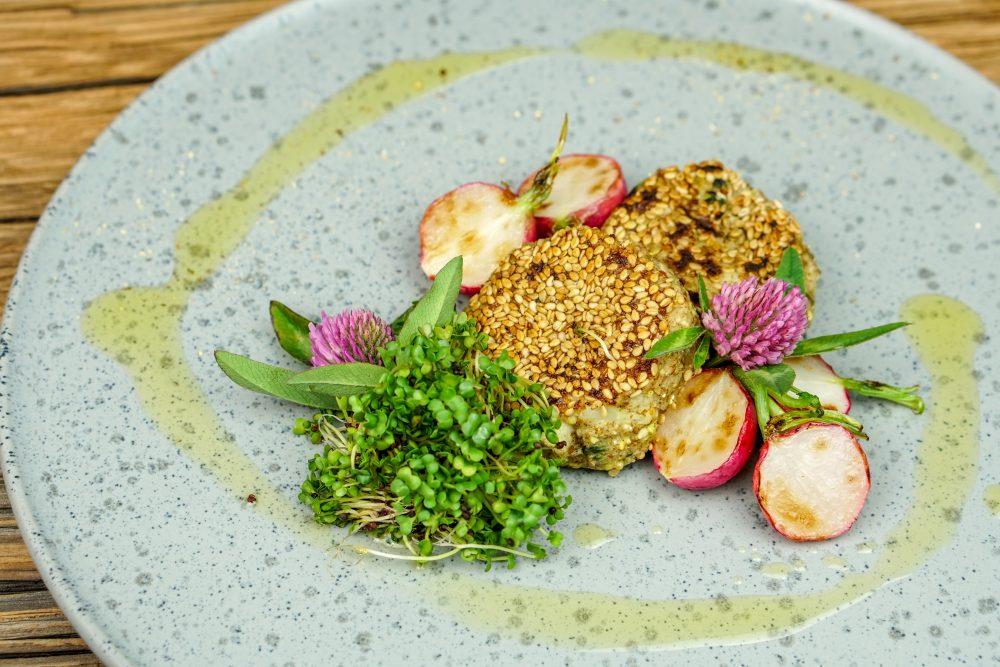 Blumenkohlbratlinge an Brokkolisprossen und Wacker Soße Grüne Kräuter
