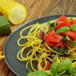 Salat aus gelber und grüner Zucchini