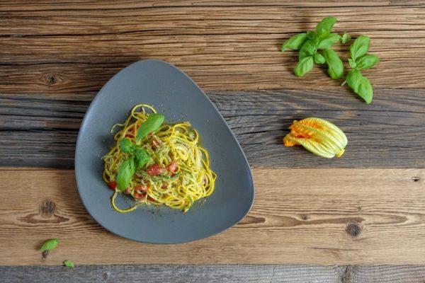 Spaghetti aus gelber und grüner Zucchini