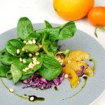 Feldsalat mit Rotkohl, Orangen und Zedernüsse