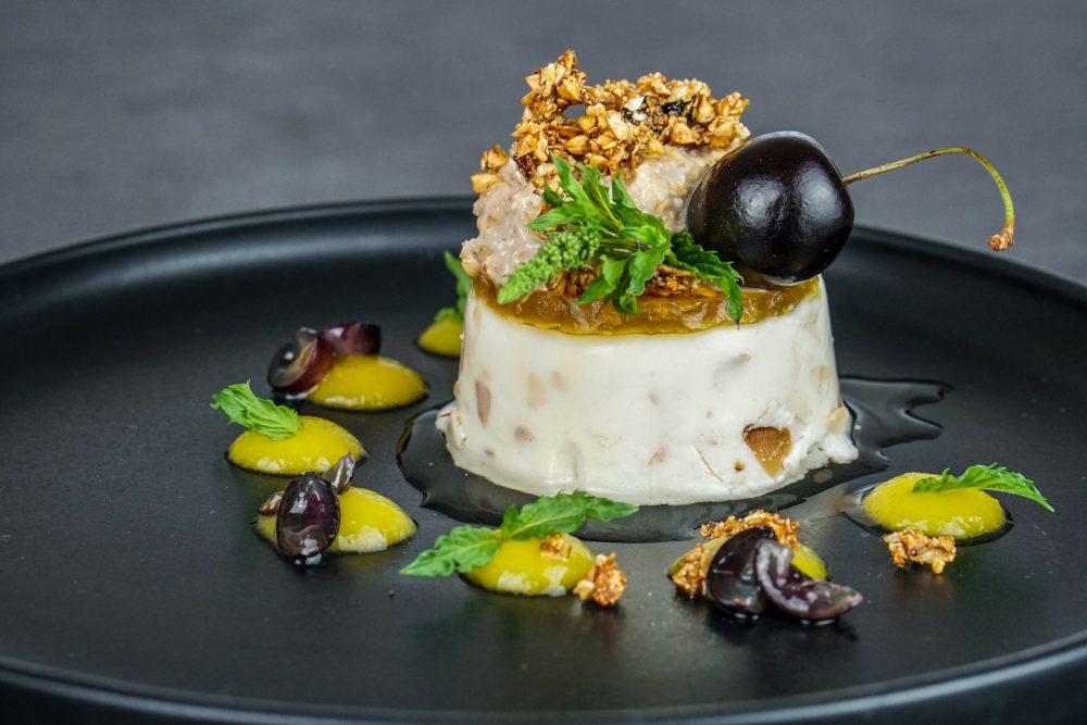Mandel-Panna-Cotta mit Wacker gekeimten Beerenmüsli und Kurkuma-Tee-Gelee