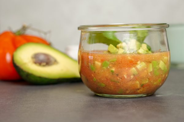 Avocado-Gazpacho mit Ochsenherztomaten