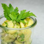 Kartoffelsalat mit glatter Petersilie & rosa Pfefferbeeren