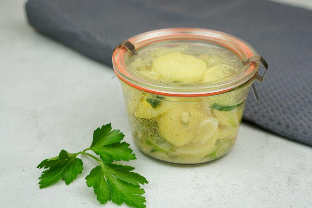 Schneller Gurken-Kartoffelsalat mit Sprossen