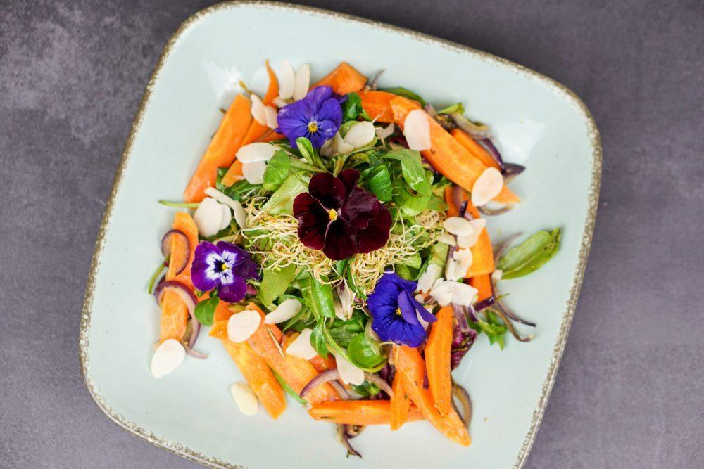 Blattsalat mit Karottengemüse und Mandelblättchen