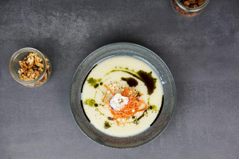 Pastinaken-Birnen-Süppchen mit Kürbiskernöl, gekeimten Haferflocken & Karottenstroh