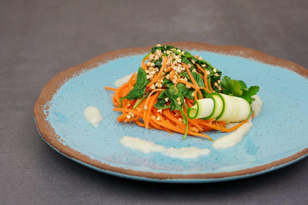 Karottenspaghetti mit gekeimtem Buchweizen und Blattspinat