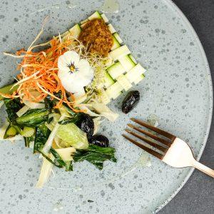 Petersilienwurzel Spaghetti mit Puntarelle, Kalamata Oliven & Wacker Mousse gekeimte Bohne und Paprika