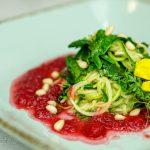 Zucchininudeln mit Rote-Bete-Suppe & Zedernnüsse