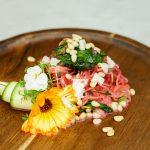 Basenreiche Zucchininudeln an Rote-Bete-Suppe mit Ziegenkäse, Blattspinat & Zedernüssen