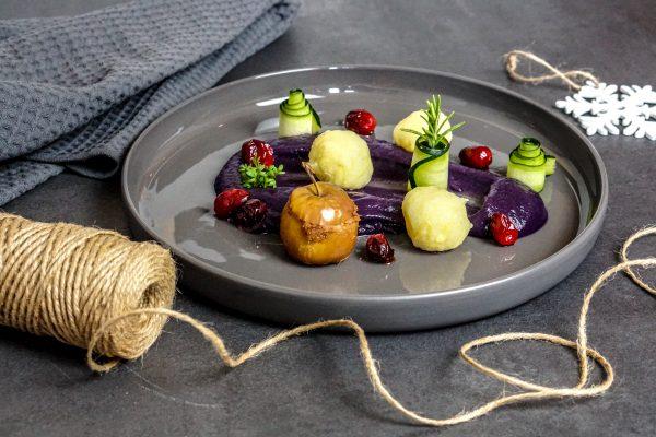 Rotkrautpüree mit Kartoffelklößen, einem Minibratapfel und karamellisierte Cranberries