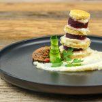 Türmchen aus Pfannkuchen mit Roter Beete, Sellerie und gekeimtes Berglinsen Mousse