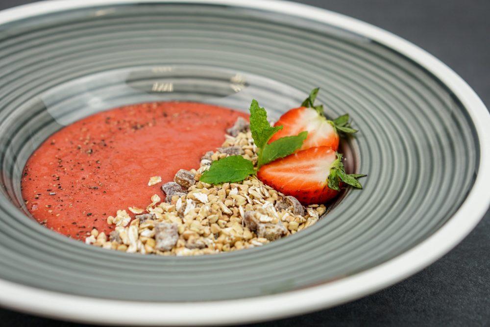 Gekeimtes Müsli mit Erdbeer-Minz-Püree & schwarzem Pfeffer