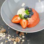 Porridge aus gekeimten Haferflocken mit Erdbeeren & Blaubeeren