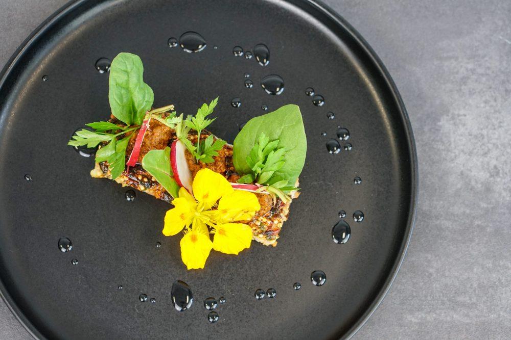 Hirse-Karotten-Spinatbratling mit gekeimter Bohne & Paprika