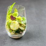 Kartoffelsalat mit Babymangold und rote Zwiebel