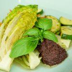 Lauwarme Salatherzen mit mediterranen Karotten & Zucchini an Wacker Tapenade