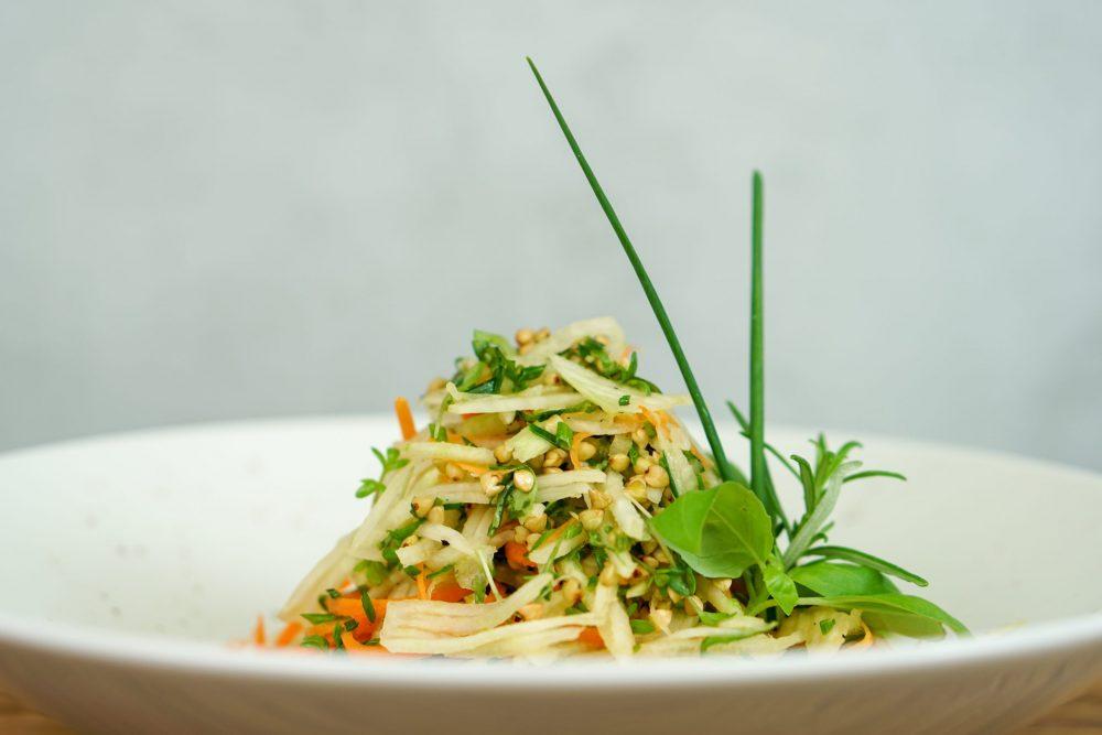 Kohlrabisalat mit frischen Kräutern & Karotte