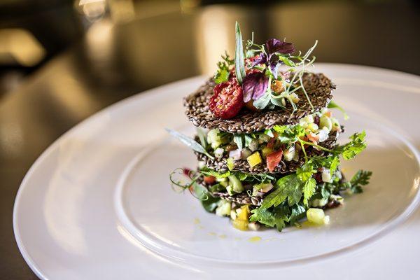 Bunter Gemüsesalat mit knusprigen Leinsamenhippen aus dem Sternerestaurant