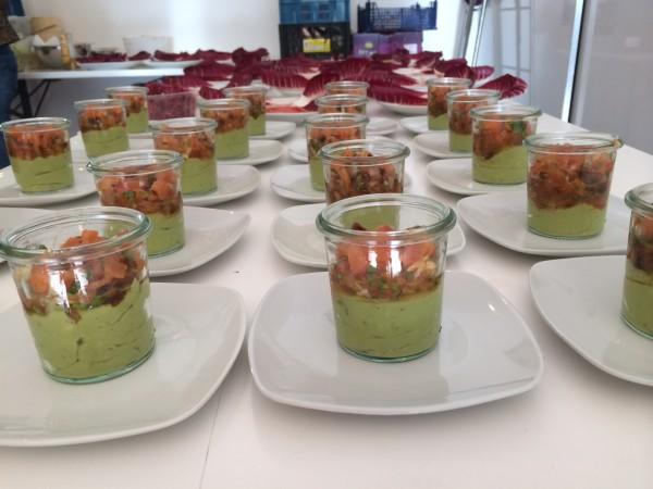 basenfasten Rezept Haas Avocadocreme mit Marinade von getrockneten sizilianischen Rispentomaten, Kartoffelcroutons und Rote Bete Sprossen