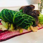 Gefülltes Wirsingblatt auf Roter-Rüben-Creme mit knackigem Gemüse