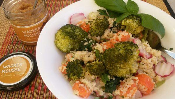 Bunter Hirsesalat mit Brokkoli, Möhren und Radieschen