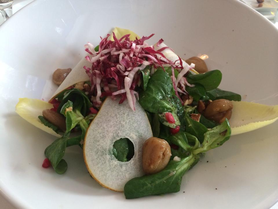 basischer Salat mit Birne und Oliven